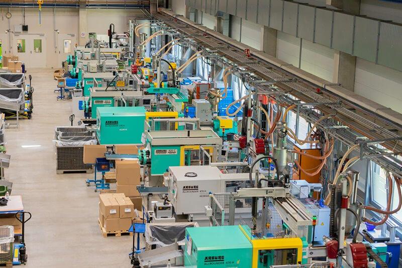 Moderner Maschinenpark mit Handling und Materialzuführung