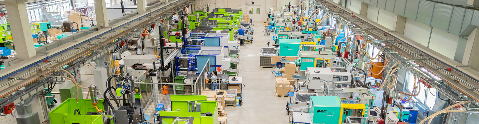 Produktionshalle mit Materialzuführung